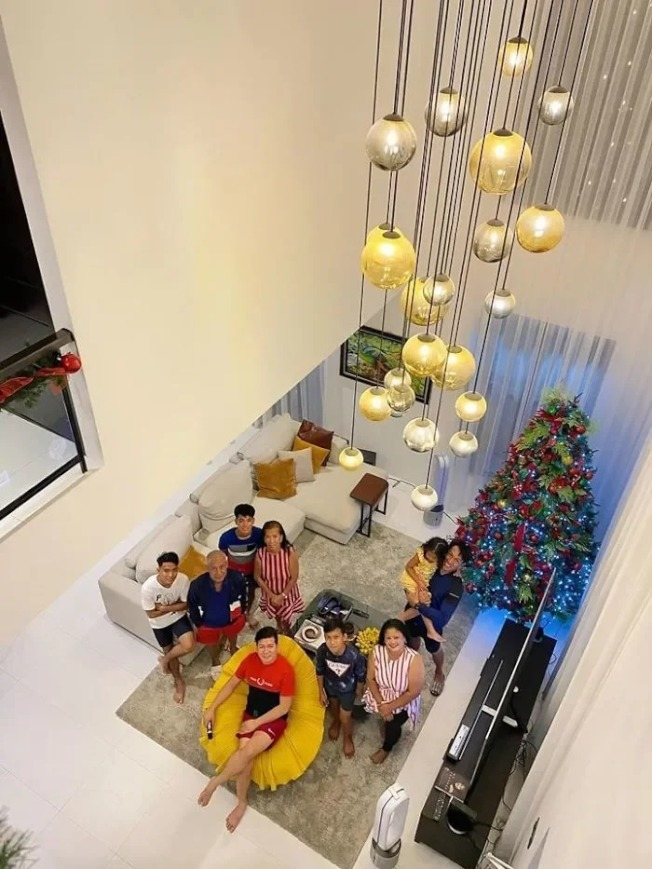 如今,杰偉一家人已搬入舒適的新家,享受新生活。圖/Facebook