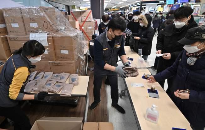 南韓大邱市民25日為買口罩大排長龍,所幸供貨無慮。Getty Images