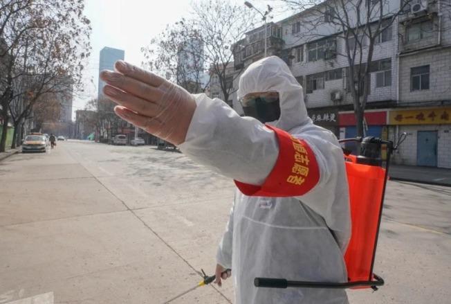 目前新冠肺炎的醫療廢棄物,需先通過高溫焚燒或高溫高壓蒸煮的手段,殺滅其中的病毒病原體後,才能當作一般廢棄物處置。新華社
