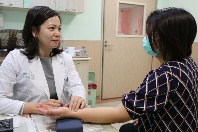 醫師陳書怡提醒,免疫系統失調的患者千萬不可自行停藥或亂服藥,若有任何疑慮,應尋求專業醫師意見。圖/亞大醫院提供