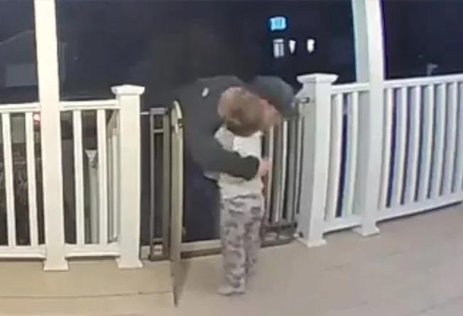2歲男童的討抱抱動行,讓一位剛失去女兒的外送員,心中備感溫暖。取材自Daily Mail