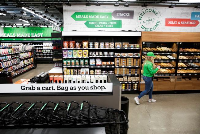 亚马逊全新超市Amazon Grocery Go店内一角。  路透