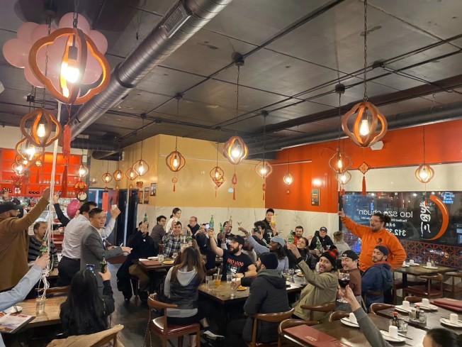 老四川餐馆东主、美国中餐学会会长胡晓军在老四川餐厅感谢数十位响应「我爱华埠」的美食饕客挺中国城。(美国中餐学会提供)