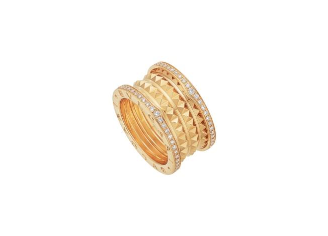 LISA配戴的BVLGARI B.zero1 Rock系列黃K金四環鑲鑽戒指。圖/寶格麗提供