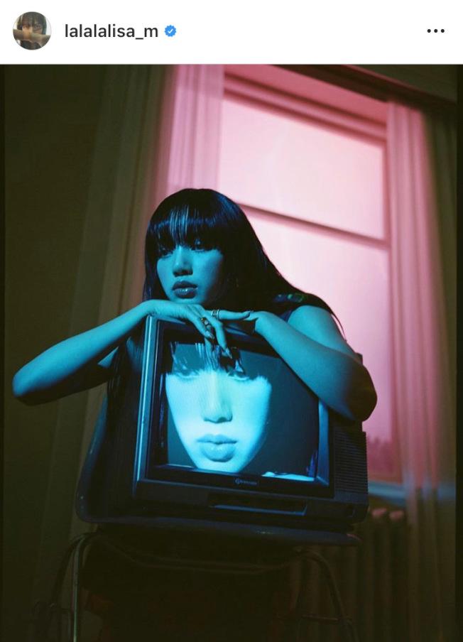 Lisa配戴寶格麗最新B.zero1 Rock系列珠寶拍攝韓國時尚雜誌。圖/取自IG @lalalalisa_m