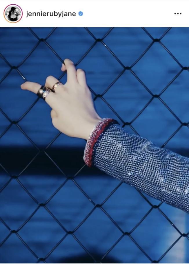Jennie配戴香奈兒COCO CRUSH系列珠寶拍攝韓國時尚雜誌。圖/取自IG @jennierubyjane