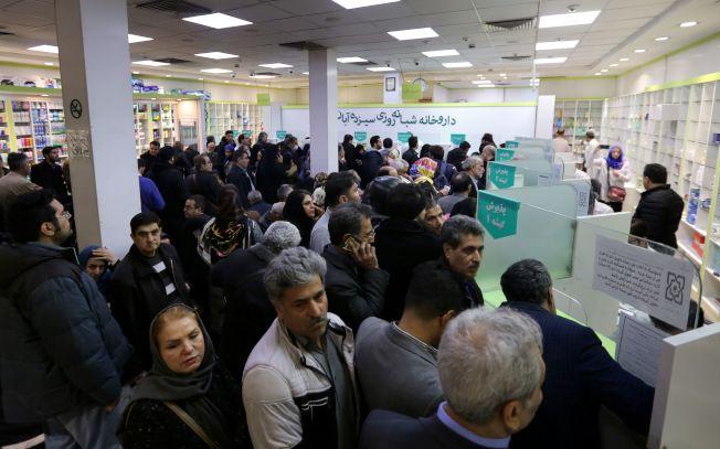 紐時報導,醫療用品短缺的伊朗,已成為全球防止新冠肺炎擴散的焦點。圖為德黑蘭市民19日在國營藥局「13 Aban」排隊等候領用處方藥。(Getty Images)