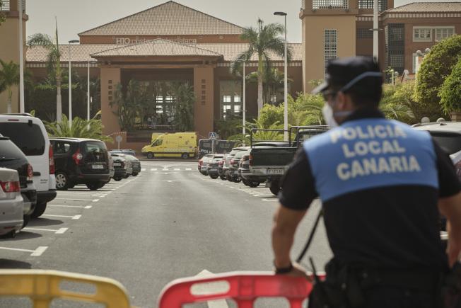 西班牙本土今天出現首例新冠肺炎。圖為在西班牙加納利群島的一家飯店,警察圍起障礙物。美聯社