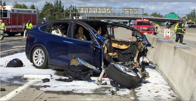 國家運輸安全委員會25日指出,兩年前發生在矽谷的特斯拉X車型SUV車禍中,駕駛人一邊使用部分自動駕駛系統,一邊玩手機遊戲。(美聯社)