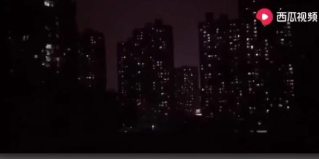 民眾拍攝武漢社區半夜尖叫不絕的影片。 圖/YouTube影片截圖