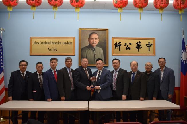 中華公所頒獎給吳銘恆(右五),感謝他在五分局擔任局長期間對社區的付出。(記者顏嘉瑩/攝影)