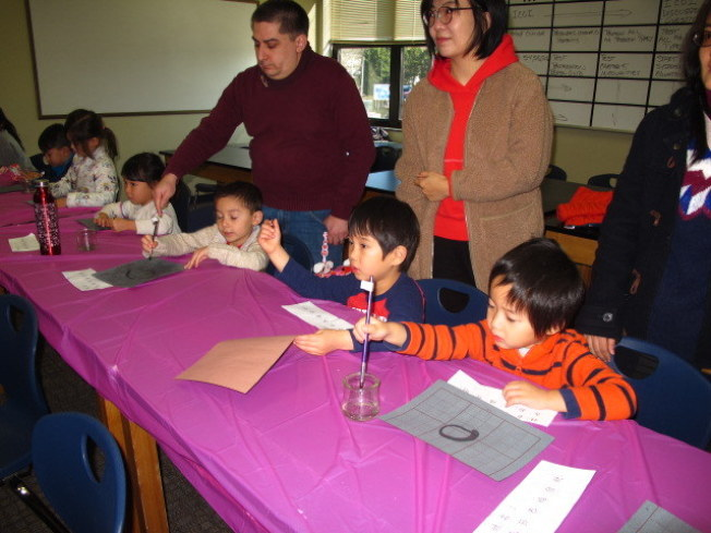 孩子們用毛筆寫春聯。 (記者王政賢/攝影)