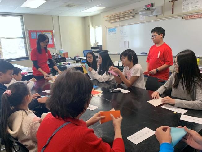 CCS6 圖 孩子們學習製作金錢鼠剪紙民俗童玩。 (記者王政賢/攝影)