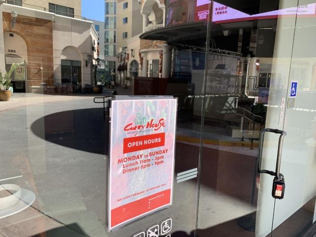 蒙特利公園市Curry House餐廳25日已關閉,正門上並沒有關門通知和聯繫方式。(記者高梓原/攝影)