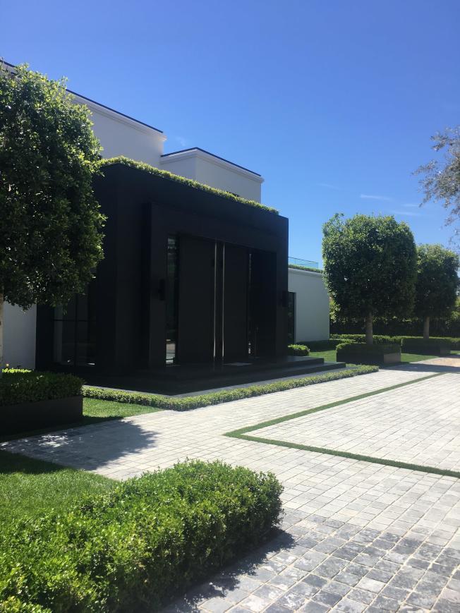豪宅拱門黑色花崗石經過美容處理後完全沒有色差。