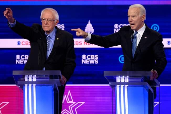 民主黨初選民調及代表票領先者桑德斯(左)遭到白登批評。(美聯社)