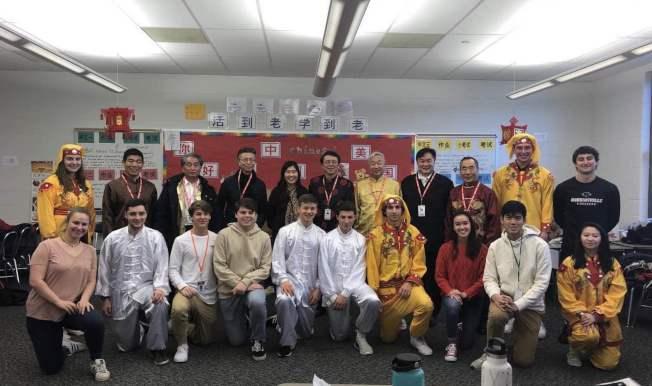 鄉音合唱團成員與羅賓斯維爾高中學生共進中式午餐。(鄉音合唱團提供)