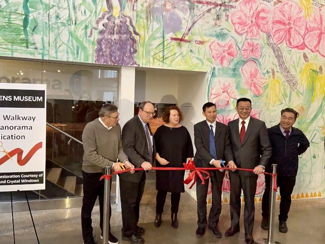 陳秋貴(右三)、張俊裕(右二)、皇后區博物館代表等共同為紐約市全貌館重新開放剪綵。(記者朱蕾/攝影)