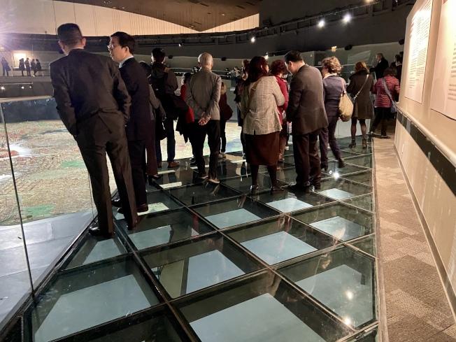 紐約市全貌館全新玻璃走道的材料由協和門窗捐贈。(記者朱蕾/攝影)