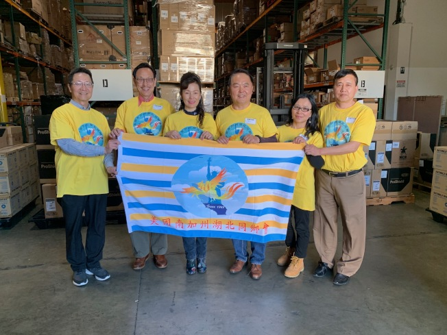 美國加州湖北同鄉總會會長趙林(右三)25日完成對家鄉募捐和賑災物資募集行動。(趙林提供)