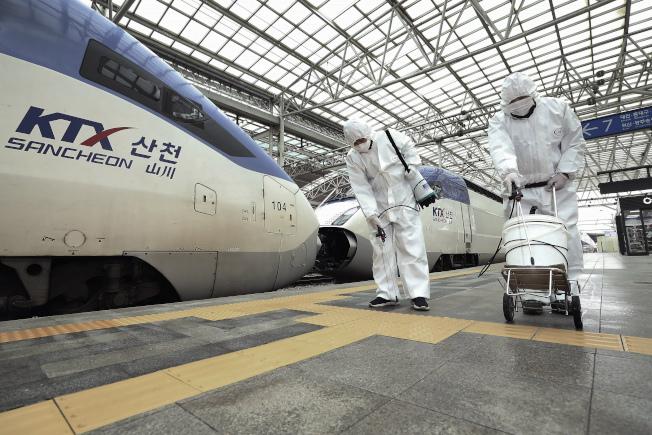 首爾火車站25日加強消毒。(美聯社)