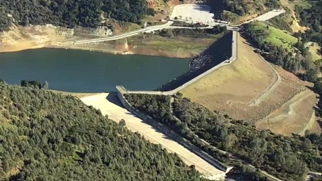 水利局官員表示,排空安德森水庫不會影響民眾今年的用水。(電視新聞截圖)