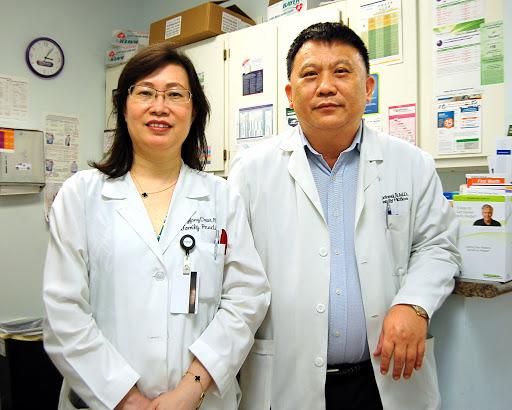 惠康家庭診所醫師陳永芳(左)和許旭東。(本報資料檔案)