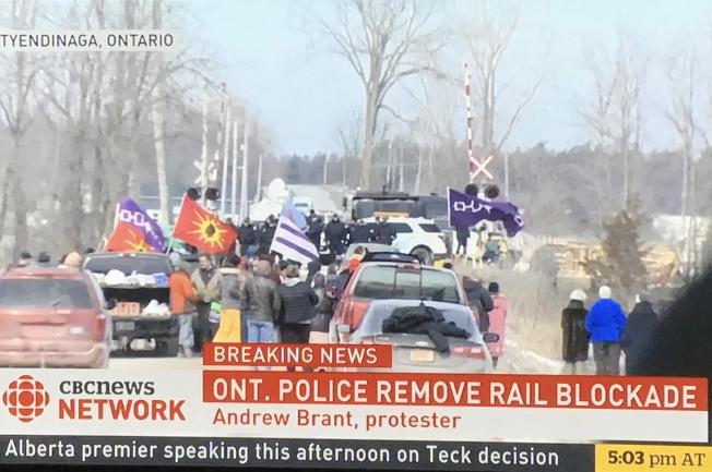 部分原住民不滿卑詩省北部興建海岸天然氣管線,已連續3周占據鐵路要道,加拿大鐵路運輸幾近癱瘓。翻攝自CBC畫面