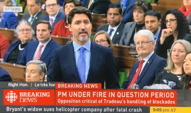 加拿大總理杜魯多念茲在茲想與原住民「和解」,卻在2020年少數政府執政新任期開始沒多久,遭逢全國鐵路遭原住民「癱瘓」的重大考驗。翻攝自CBC畫面