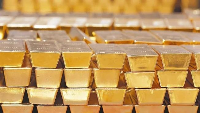 新冠肺炎疫情持續蔓延,使全球投資人的避險意識升高,買進避險資產,爭先恐後擁抱黃金。 美聯社