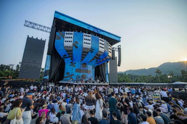 香港將新健的檢疫隔離中心位於竹篙灣,就毗鄰香港迪士尼樂園停車場,是人氣樂團、偶像歌手開演唱會的場地。中通社