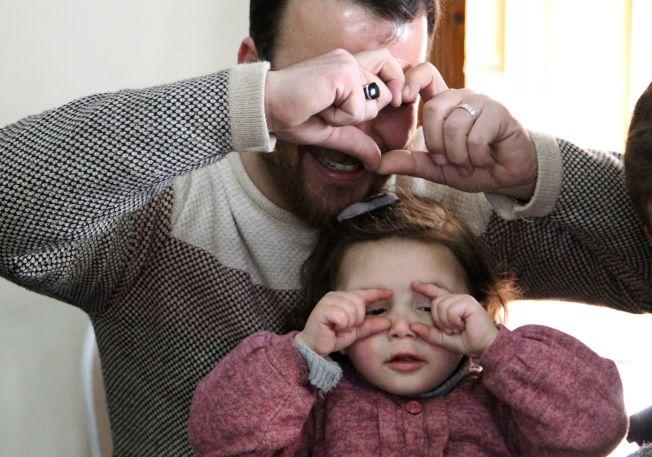 3歲敘利亞女童莎爾瓦(前)與她的父親。(Getty Images)