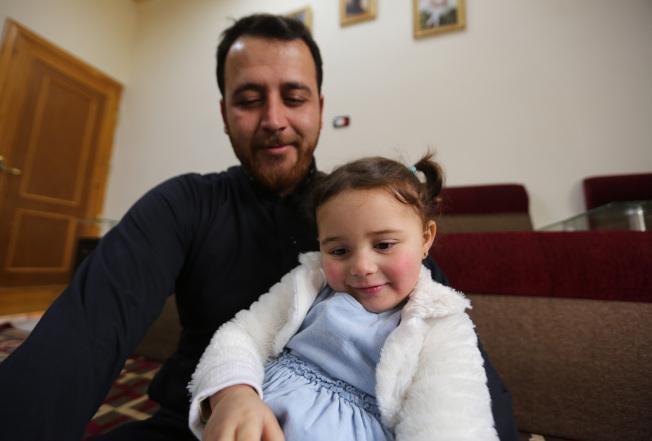 3歲敘利亞女童莎爾瓦(右)與她的父親。(美聯社)