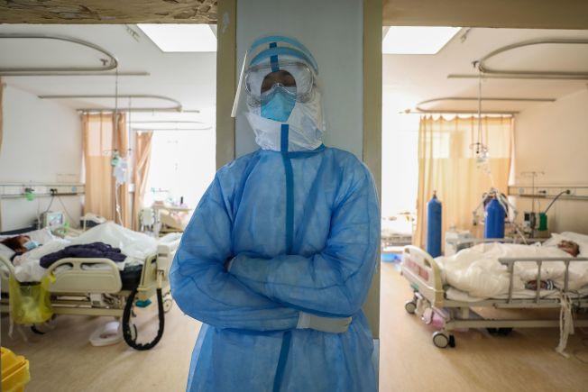 在武漢,醫護人員每日面臨著巨大的身心壓力。截至26日,中國已有1716名醫護人員感染、 9人喪命。(Getty Images)