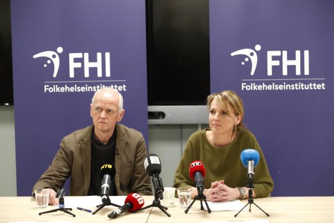 挪威公共衛生署今天表示,一人被檢測出2019新型冠狀病毒(COVID-19,俗稱武漢肺炎)陽性反應,已居家隔離;這是挪威第一例確診。圖為挪威公衛署署長伏德(Line Vold,右)和Geir Bukholm(左)開記者會說明。美聯社