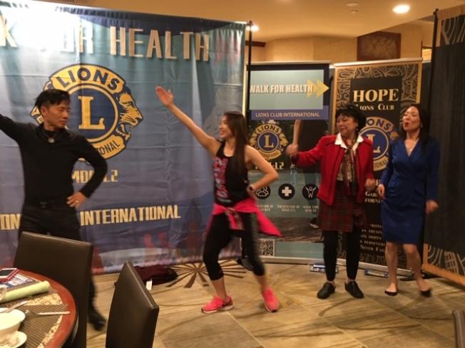 華人舞蹈教練26日在記者會上帶領大家跳舞運動,呼籲民衆強壯體格,防禦疫情。(記者楊青/攝影)