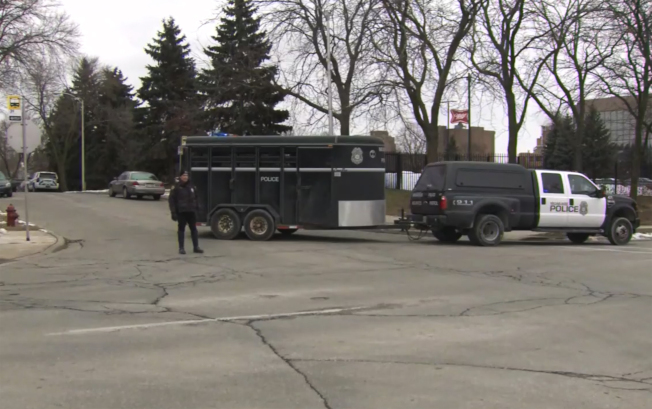 威斯康辛州密爾瓦基市(Milwaukee)「摩爾森康勝」啤酒釀造公司辦公區(Molson Coors campus)26日發生槍案後,警方在現場周邊戒備。(美聯社)