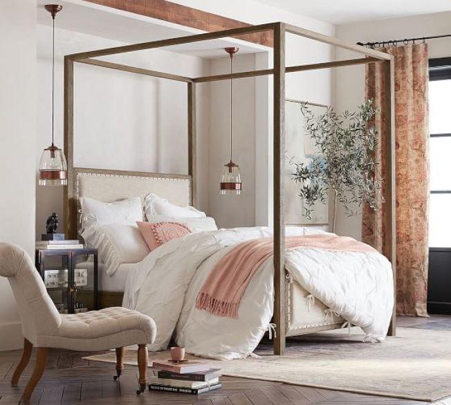 流行皇室風的天蓬床(canopy bed)。(Pottery Barn圖片)