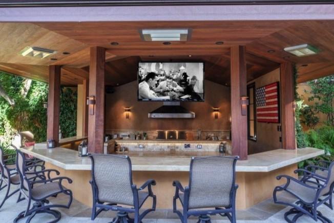 室外設有廚房的涼亭配有80吋平面大電視。(Realtor)