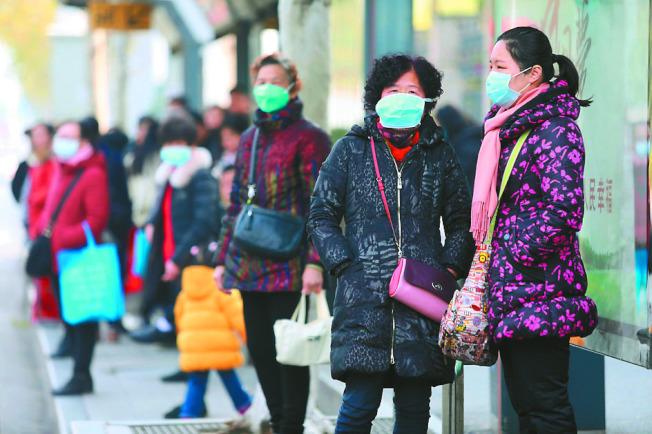 中國一項大型醫學研究指出,絕大多數確診感染新冠病毒的病人,症狀其實都屬輕微且最終痊癒,只是症狀輕微,也令新冠病毒更難防堵。(歐新社)