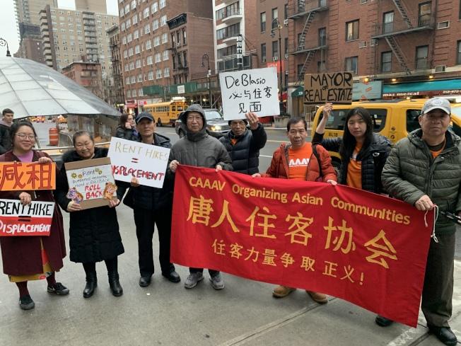 唐人街住客協會等租金穩定公寓維權組織26日在曼哈頓上東城舉行集會,要求市長白思豪為租金穩定公寓減租。(記者和釗宇/攝影)