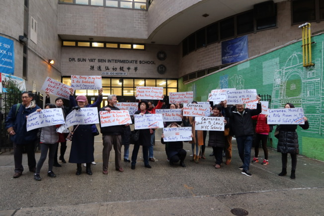 稱卡蘭扎歧視亞裔,數十名華裔家長及社區人士華埠示威。(記者張晨/攝影)