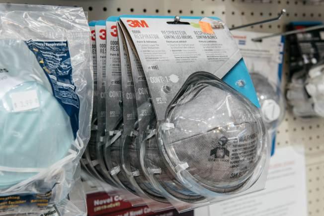 政府未雨綢繆,啟動抗疫準備,但口罩明顯不足所需。圖為紐約市曼哈頓一家超市架上的3M口罩。(Getty Images)