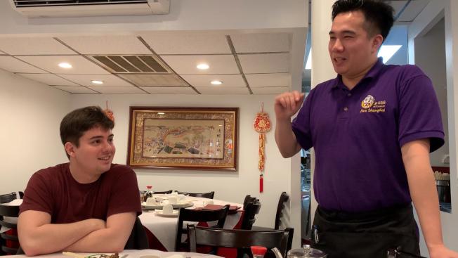 喜歡吃中餐的小馬經常遊走在華埠街頭,與許多中餐館店主是熟識。(記者顏潔恩/攝影)