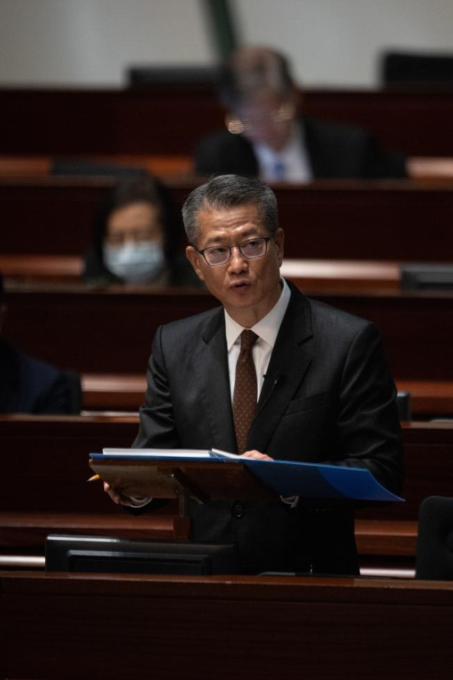 香港財政預算案26日出爐,財政司長陳茂波宣布向18歲或以上的香港永久性居民發放1萬港元。(歐新社)