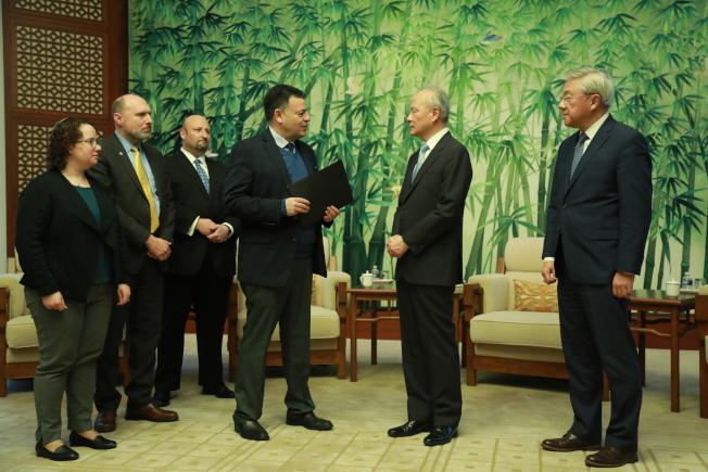 JCPA總裁伯恩斯坦(右三)等猶太組織代表向中國駐美大使崔天凱(右二)轉交支持信。(記者羅曉媛/攝影)