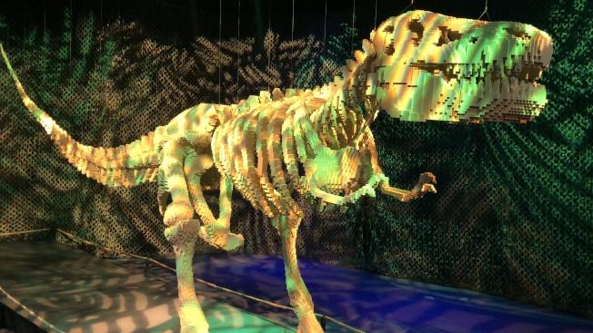 用樂高塊堆砌的恐龍。(記者王若然/攝影)