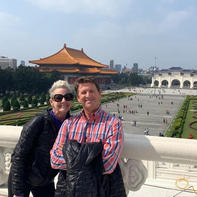 兩名鑽石公主號新冠肺炎確診猶他州喬金森夫婦,臉書上貼他們停留台灣時,在台北市中正紀堂留影。(喬金森妻子傑里臉書)