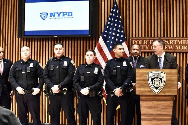 市警總局為警員派發數千口罩、手套等預防新冠肺炎。(市警提供)