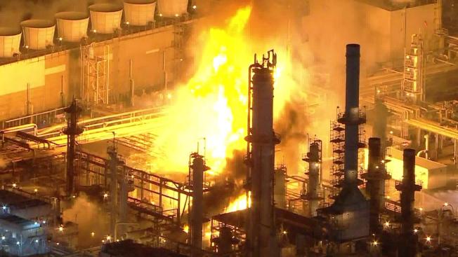 馬拉松煉油廠爆炸起火,火焰沖天。(KTLA電視台)